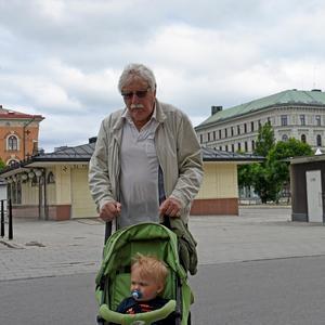 Erik-Olov Sundkvist med barnbarnet Axel.