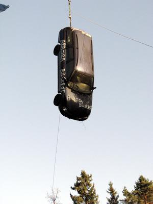 Bilsläpp från 20 meter illustrerar vad som händer med en bil som krockar i 70 kilometer i timmen. (arkivbild)