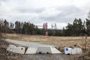 Kommunen har inte gett upp hoppet om planerna på nya stadsdelen Kanalstaden med kvarteret Sporren mellan Tältetområdet (bakom fotografens rygg) och Saltsjöbron och motorvägen. Arkivfoto: Edis Potori