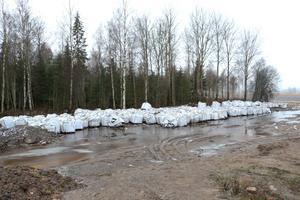 Företaget som nu har försatts i konkurs ingår i samma koncern som ett företag som arrenderar den fastighet utanför Örebro där det deponerats drygt hundra säckar med miljöfarligt avfall.