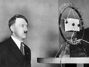 Adolf Hitler som nyutnämnd rikskansler 1933. Foto: Okänd