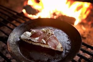 Anna bjuder tidningen på toast med Rökt älghjärta och kantarellost, samt en Kås-pannacotta med varma Kungsbergshjortron.