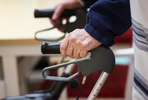 Debattörerna vill stärka arbetsmiljön inom äldreomsorgen. Foto: Pontus Lundahl/TT
