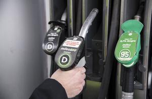Den syntetiska dieseln HVO är till sin uppbyggnad i stort sett kemiskt identisk med fossil diesel. Foto: Anders Wiklund/TT