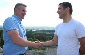 Ett handslag för ärlighet i valdebatten. Jon Bylund (L) och Sohrab Fadai (S) lovar att hålla koll på överdrifter och osanna budskap om de dyker upp inom det egna blocket.