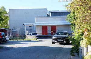 En bil har lämnats en stund mitt i gatan utanför Almbyskolan och ytterligare en (i bakgrunden) står vid skolans lastkaj, där det råder parkeringsförbud. Liknande händelser inträffar ständigt, berättar Emelie Widström och hennes sambo, som bor intill skolan.