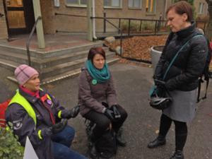 Karins Sundin (S) , och barnmorskorna Britt Larsson och Kristina Larsson möttes utanför regionrådens kansli.