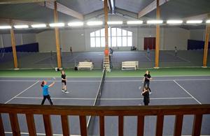 Att kommunen säljer tennishallen till Islamiska förbundet är enda lösningen. det menar SD.
