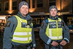 Foto: Jakob Svärd. Ordningsvakterna Niklas Nordahl och Erik Nilsson rapporterade om en lugn kväll i city.