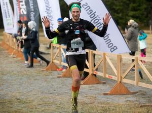 Tvåa på herrsidan blev Sundsvall OK:s David Holmberg, drygt tre minuter efter Bäckman.