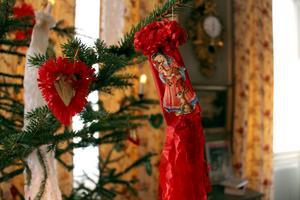 Granen kläddes med hemgjorda julgranskarameller av silkespapper med bokmärken på.