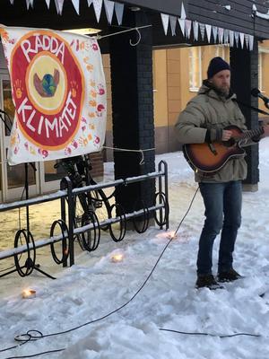 Under klimatmanifestationen i Orsa bjöds det på musik och sång också. Här Alex Tael.  Foto: Birgitta Blomber Quintino