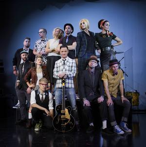 Hela laguppställningen till Orups Viva La Pop med huvudpersonen i mitten. I slutet av oktober väntar två föreställningar i Fjällräven Center.