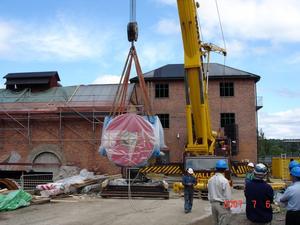 Nytt lyft. Igår kom Västerbergslagens krafts nya generator på plats genom ett nytt jättelyft. Foto: KJELL STRAND