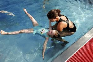 Johanna Hansen hjälper Mina, fem år, att flyta i vattnet. Foto:Kjell Jansson