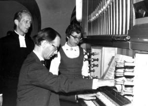 Under en tid hade, enligt ÖP, Alsens kyrka en orgel som inte riktigt lät som den skulle under årets alla årstider. Men i april 1970 installerades en ny orgel som domkyrkoorganisten Jan Håkan Åberg demonstrerade för kyrkoherdeparet Arne och Britta Skäremo.