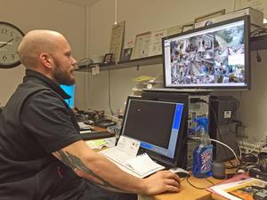 Linus Brostedt driver Ica supermarket på Viksäng. Han kontrollerar butikens övervakningsfilm varje dag.