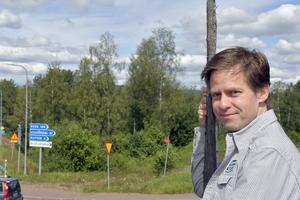 Stefan Nykvist vid avfarten mot minnenas allé, byn Klitten som betyder mycket för honom.