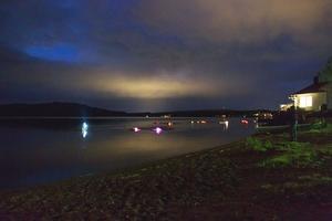 De första simmarna anländer i mörkret vid Roxnäs Udde.