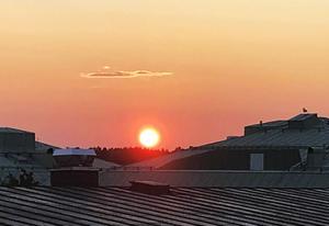 Solnedgången i Hudiksvall på söndagen. Den röda färgen beror troligen på partiklar från skogsbränderna i Ljusdal.
