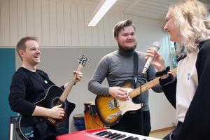 Spelglädje och utveckling . Det finns på musikestetiska programmet, säger Johan Gummesson och Alice Alvemark (till höger). Dan Hedmark (till vänster) är musiklärare.