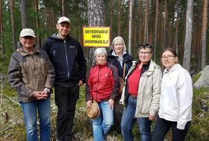 Gruppen som besökte Ore skogsrike hittade också fram till platsen där miljöorganisationerna slog läger i vintras. Fr v Margareta Wikström (nsf), Jens Holm, (V), Katrin lohed Söderman (V), Monica Lindh (V), Anita Aspfors Westin (V) och Vanja Larsson (V).Foto: Conny Hansson.