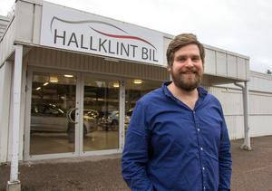 Helmer Hallklint gläds åt att de nu kunnat flytta in försäljningen av begagnade bilar i de gamla Tempobutiken i Skogsbo.