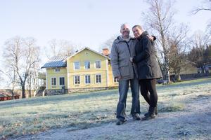Ulrica Moell och Mattias Ivarsson har börjat flytta in i herrgården där de ska bo med sina barn.