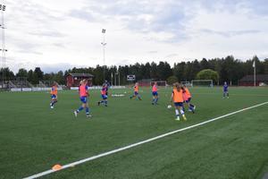 Smålagsspel under måndagsträningen på Prästholmen. På onsdag ställs tabelljumbon IFK Mora mot serietvåan Islingby IK, och goda råd börjar bli dyra om de blåvita ska klara nytt kontrat i division 3 i höst.