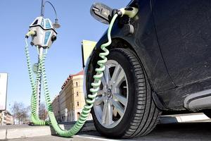 Skulle vi ställa om alla Sveriges fem miljoner personbilar till eldrift, skulle det räcka att använda vår export av el, skriver insändaren.