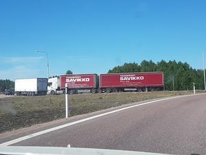 Lastbilstrailern står still och större fordon kan ha problem att ta sig förbi.