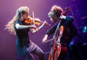 Duo Systrami – Fanny och Klara Källström – kommer från Sundsvall och spelar egenskriven folkmusik i rytmiska och fantasifulla arrangemang. Bild: Lia Jacobi