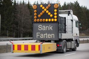 En så kallad TMA-bil används för att skydda vägarbetare. Även Assistancekåren använder sig av den vid bärgningsarbete längs riks- och Europavägar.