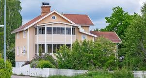 Möjlighet att kunna kombinera eget boende med uthyrning. Tre lägenheter i villan. Tre öppna spisar i fastigheten. Inglasade balkonger med sjöutsikt samt uteplatser i trädgården. Foto: Mikael Tegnert.