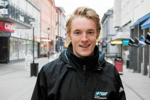 Sebastian på gågatan i Sollefteå. Han lämnade Sollefteå för Östersund i maj förra året.Foto: Adam Göransson
