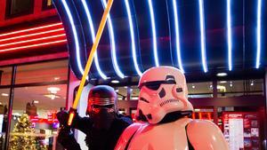 Invasion från yttre rymden? Nej, bara den jordiske Kylo Ren och en imperiesoldat, Stormtrooper, ur Star Wars-filmerna. Många biobesökare är förtjusta och låter sig fotograferas med karaktärerna. I dag är det premiär på den senaste Star Wars-filmen.