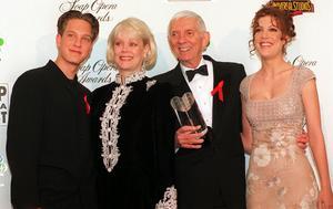 Tori Spelling (längst till vänster) tillsammans med pappa Aaron, mamma Candy och brodern Randy Spelling (som också hade en liten roll i