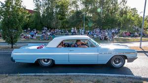Bilarna gled fram i makligt tempo framför åskådarna, som i de flesta fall satt i skuggan.
