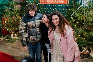 Daniel Hallberg, Miriam Bryant och Farah Abadi utanför glasburen för första gången på en vecka.