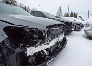 En av de värst utsatta bilarna hade stympats rejält i fronten.