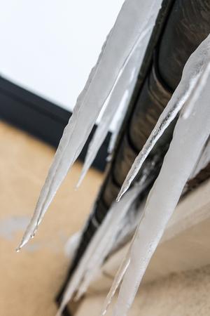 Istapparna växer när temperaturen åker upp och ned kring nollan som den gjort de senaste dygnen. Det är fastighetsägarens skyldighet att få bort is och snö som kan ställa till med skada om den faller ned.