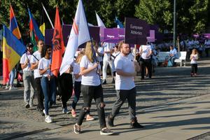 Ledet med flaggor och landsskyltar svänger här in på Stortorget i centrala Gävle.