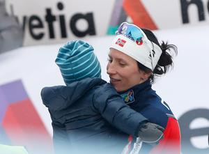 Marit Björgen med sonen Marius efter världscupsprinten i Drammen i mars.
