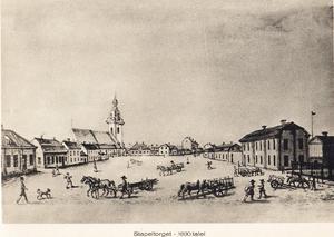 Ungefär där parkeringshuset till Gallerian Nian stod låg tidigare Stapeltorget.  Heliga Trefaldighets kyrka i bakgrunden.