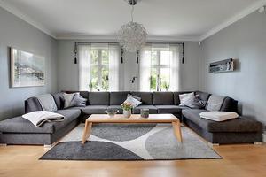 Luftigt och fint vardagsrum på Bredablicksvägen 8 i Köping.