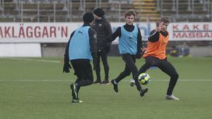Bjarki Steinn Bjarkason (i orange väst) utmanar Martin Lorentzson som var på besök på ÖSK:s träning. Lorentzson pluggar i Örebro till och med sommaren och passade på att träna med det allsvenska laget. I bakgrunden Noel Milleskog.