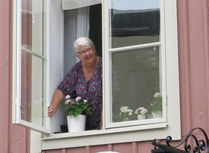 Ingrid Cedervall gillar att bo mitt i stan, med turister, festivaler, musikkåren med mera. Hon kommer att tycka till om förslaget för torgen när det är klart.