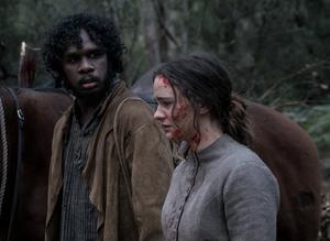 Clare (Aisling Franciosi) beger sig av tillsammans med vägvisaren Billy (Baykali Ganambarr) för att söka hämnd. Pressbild. Foto: Nonstop entertainment