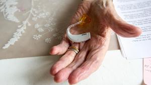 Utan hörapparat svarade inte 83-åringen på tilltal och bedömdes då vara så sjuk att han fick palliativ vård, berättade Bbl/AT i en artikel. Insändarskribenten menar att språk och kommunikation är grundläggande i all vård.