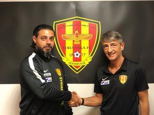 Så här såg det ut när Tarozzi presenterade som ny huvudtränare för Syrianska. (Tarozzi till höger)Bild: Syrianska FC